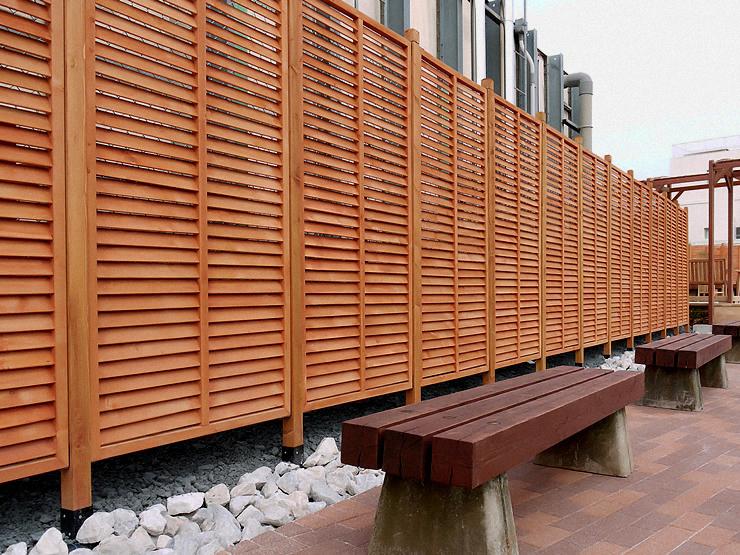 フェンス前のルーバー設置完成