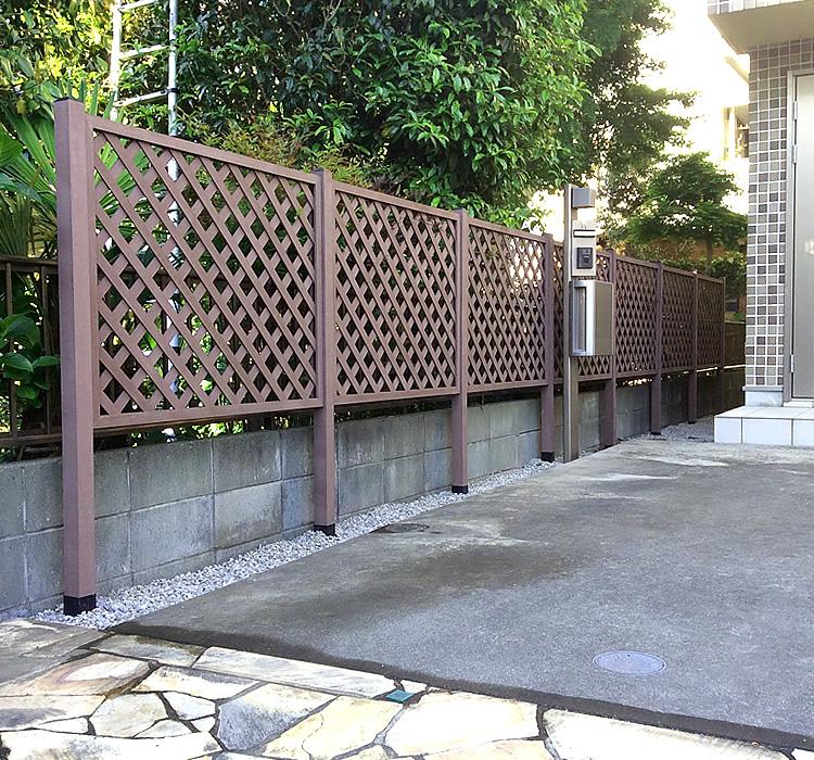玄関脇への人工木ラティス設置完了